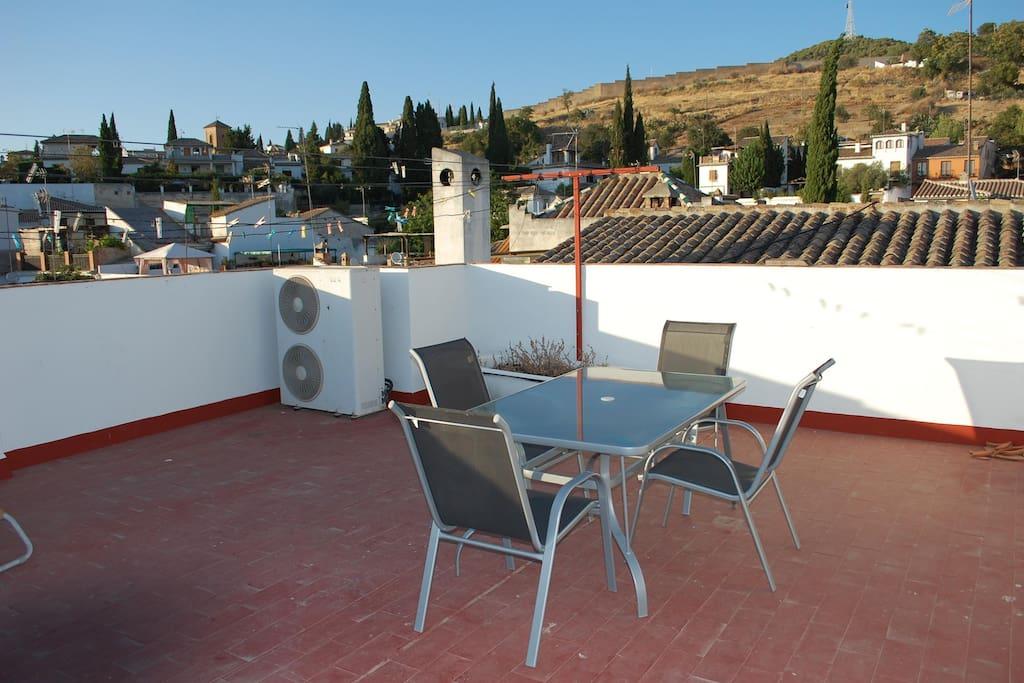 Amplia terraza donde descansar después de un magnífico día de turismo.