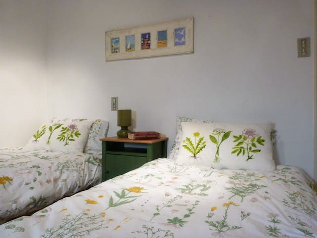 Adjoining twin bedded room for 2 adults sharing.