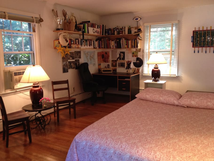 Queen bed with desk, office chair and separate seating area w/table