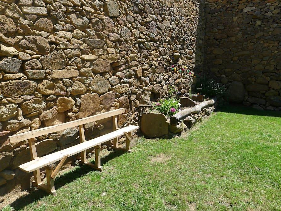 Banco antiguo de la iglesia de El hoyo. Empiezan a crecer las plantas!