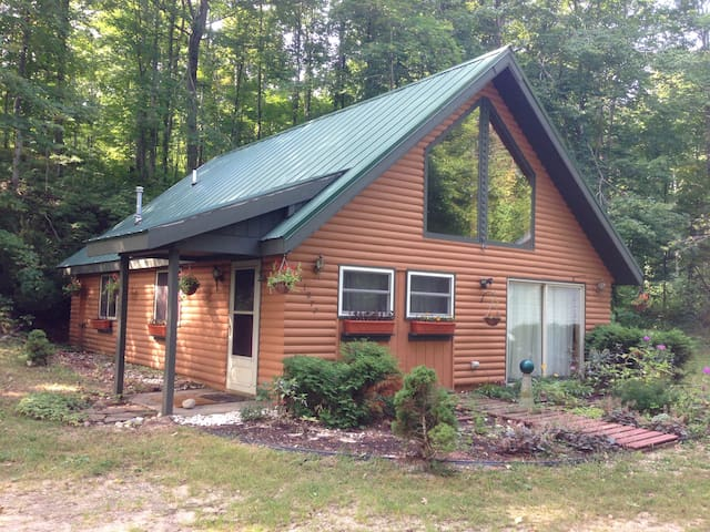 Comfy Cabin near Crystal Mountain & Interlochen - Beulah - Houten huisje
