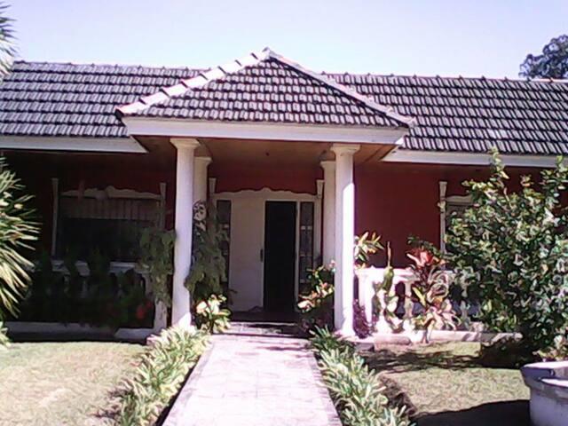 Magnifique maison au vert & piscine - Palpalá - Hus