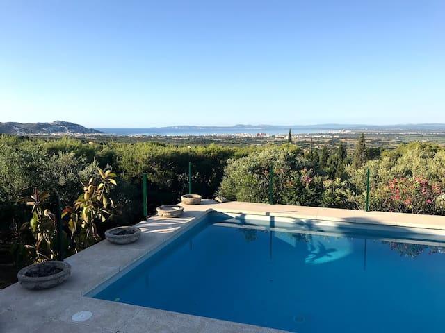 Lever de soleil sur la piscine, vue sur la baie Rosas