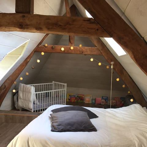 La chambre «cabane» Lit double en 160 (couche indépendant) + lit bébé +  un petit coin lecture