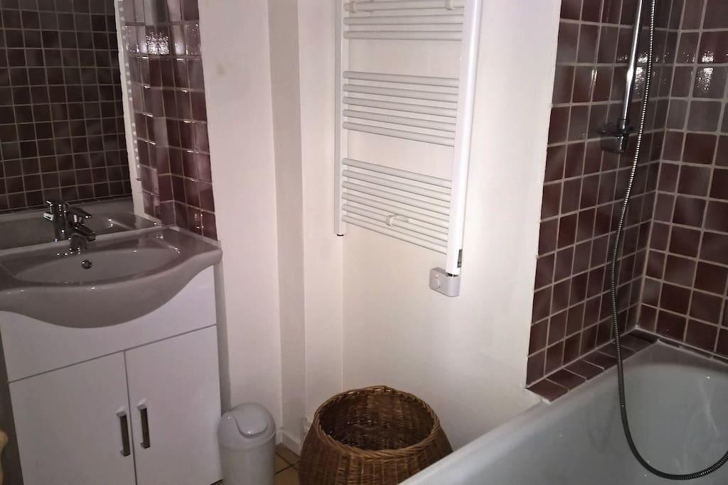 Salle de bains et wc indépendant communs aux deux chambres d'hôtes