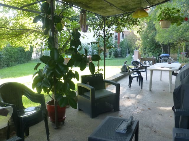 Chambre lumineuse dans grande villa avec jardin