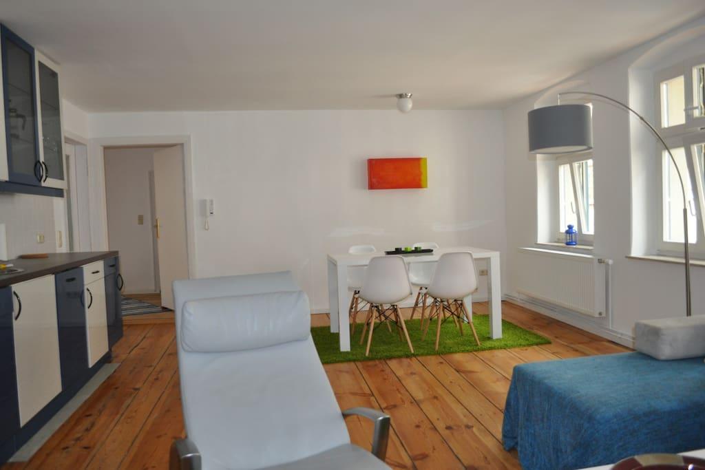 Wohnzimmer mit Essplatz, Küche und Schlafsofa