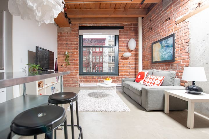 Elegant, Bright & Central Loft in Historic Gastown