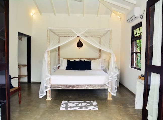 Intimate Bungalow in Jungle Garden | 10 m to Beach