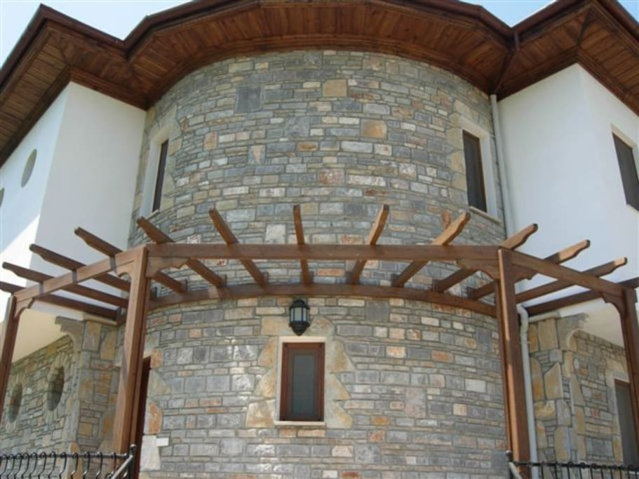Iris Evi is built in a traditional way, with lovely stone features.
