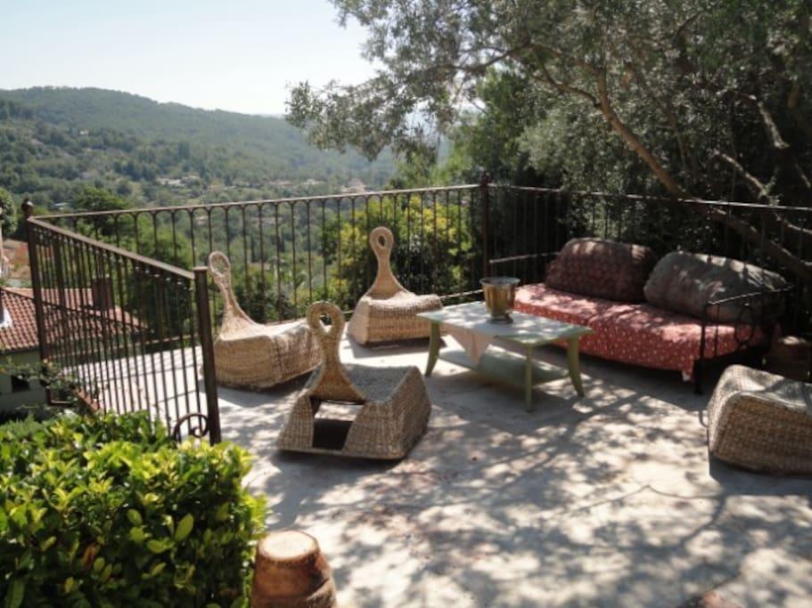 Une terrasse idéale pour l'après déjeuner d'été ou les dîners en demi-saison. Et toujours cette vue !