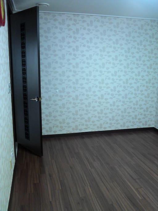 방 크기는 4.4m X 3m 이고, 별도의 붙박이 옷장이 있습니다.