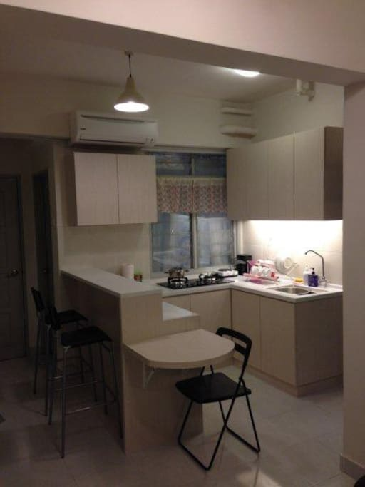 Kitchen with gas stove, breakfast table and extensible table.