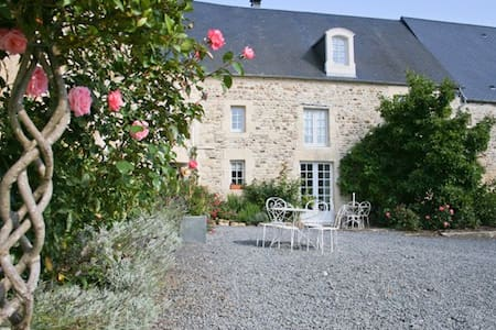 Pretty bedroom on a Normandy Dairy Farm - Barbery - Bed & Breakfast