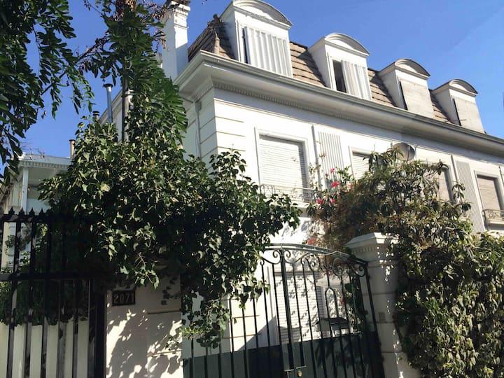 Cozy and quiet Art Deco House in Providencia