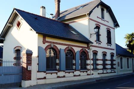 Jolie maison dans village de charme - Ossun - House