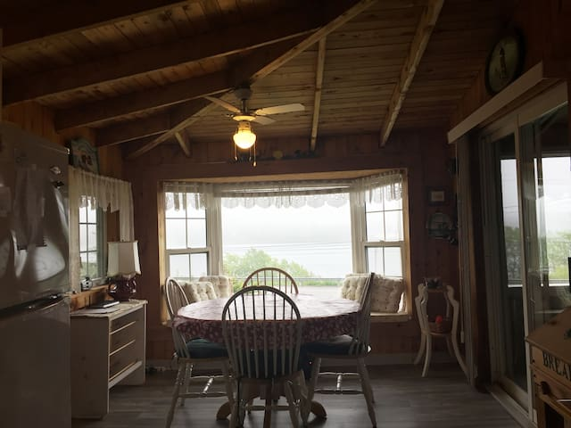 CHARMING LAKE VIEW COTTAGE . 1 HOUR FROM HALIFAX .