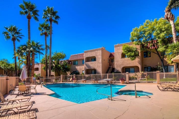 Catalina Foothills Condo. Location Perfect.