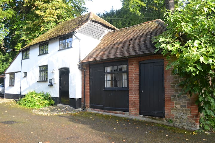 Charming House & Parking, in Guildford