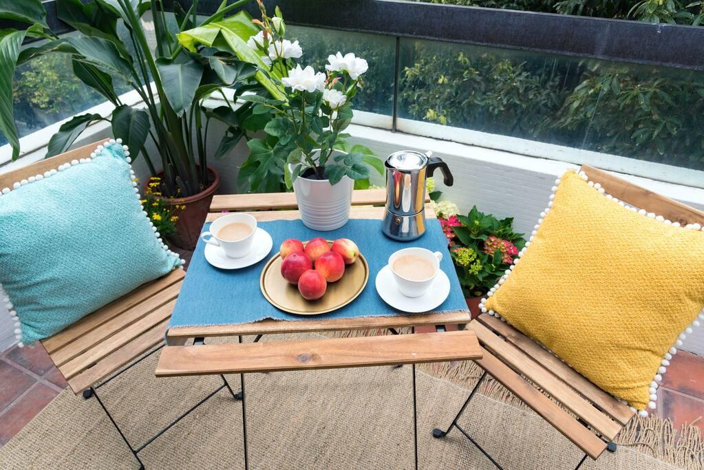 在双层花园享受咖啡与水果的悠游午后