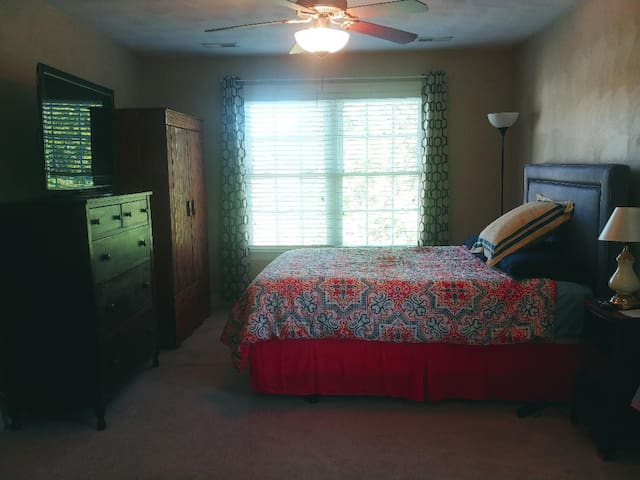 STANDARD ROOM   * Views of mountains & ponds * Antique Dresser & Armoire * Carpet * Ceiling Fan * Huge walk-in closet * Huge T.V. --- WiFi---Cable  * Access to loft