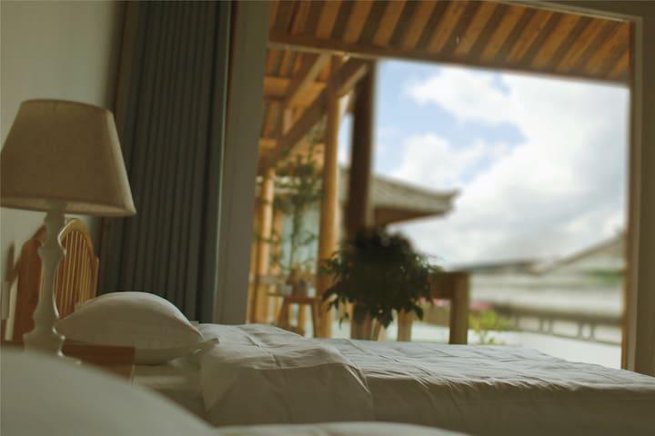 【和顺采薇民宿·云起复式双床LOFT】/古镇内/日式轻奢/豪华双早/空中鱼池/浪漫书吧