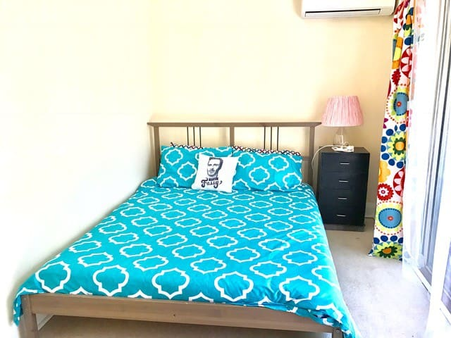 Queen Room for FEMALE Guest in All Female Home