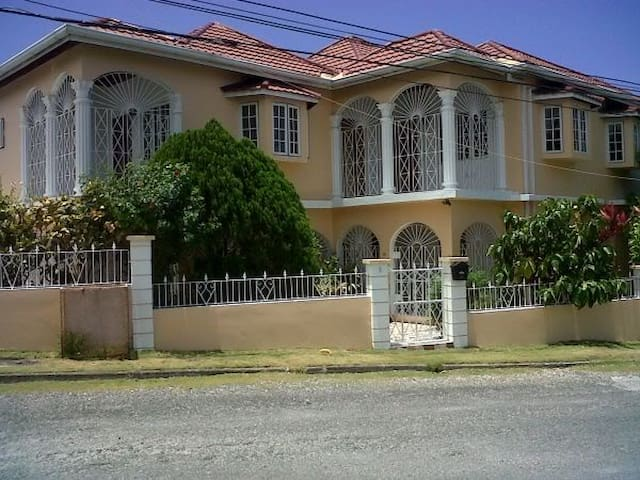 Self Catering Studio flats  Ocho Rios town centre.