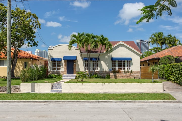 Walking distance to Brickell.  Renovated house