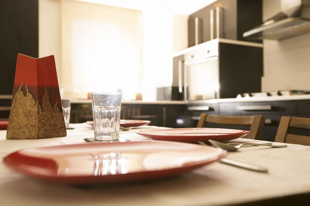 Six persons can sit & eat at the kitchen table & the bar near the window. Cutlery and dishes are available in the apartment.