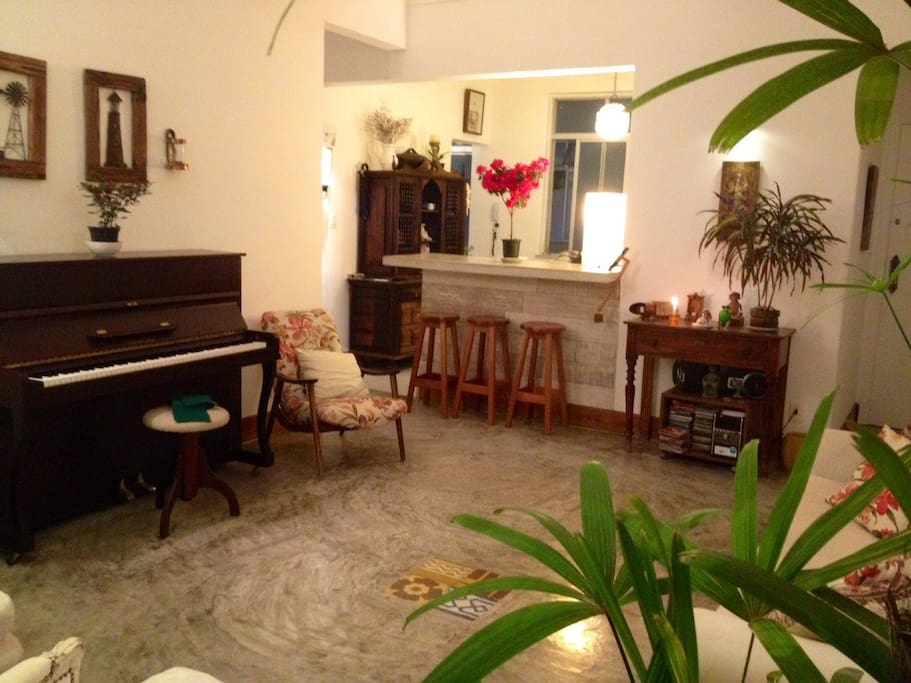 Sala de estar confortável e acolhedora, com piano. Comfortable and coozy living room with piano.