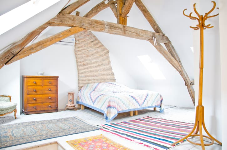 Arty penthouse suite sleeps 3, quiet village loire - Pontlevoy - Loft