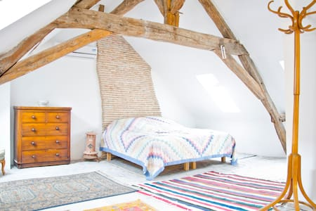 Arty penthouse suite sleeps 3, quiet village loire - Pontlevoy - 阁楼