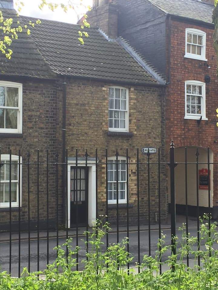 Cottage in the heart of historic uphill Lincoln