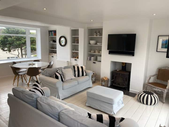 Perfectly located Devon home with stylish decor