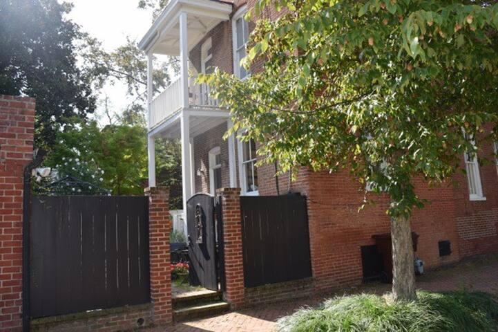 Historic Church Hill Gracious Apt-Balcony & Garden