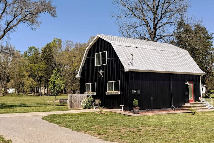 The Black Dutch Barn: Quiet, Unique, Fun!