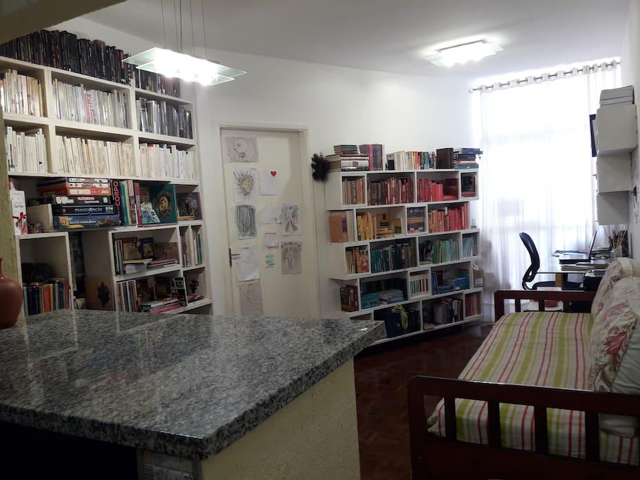 Entrando no apartamento... A bancada de granito é da cozinha. Temos uma pequena biblioteca particular, um home-office e uma sala bem aconchegantes.