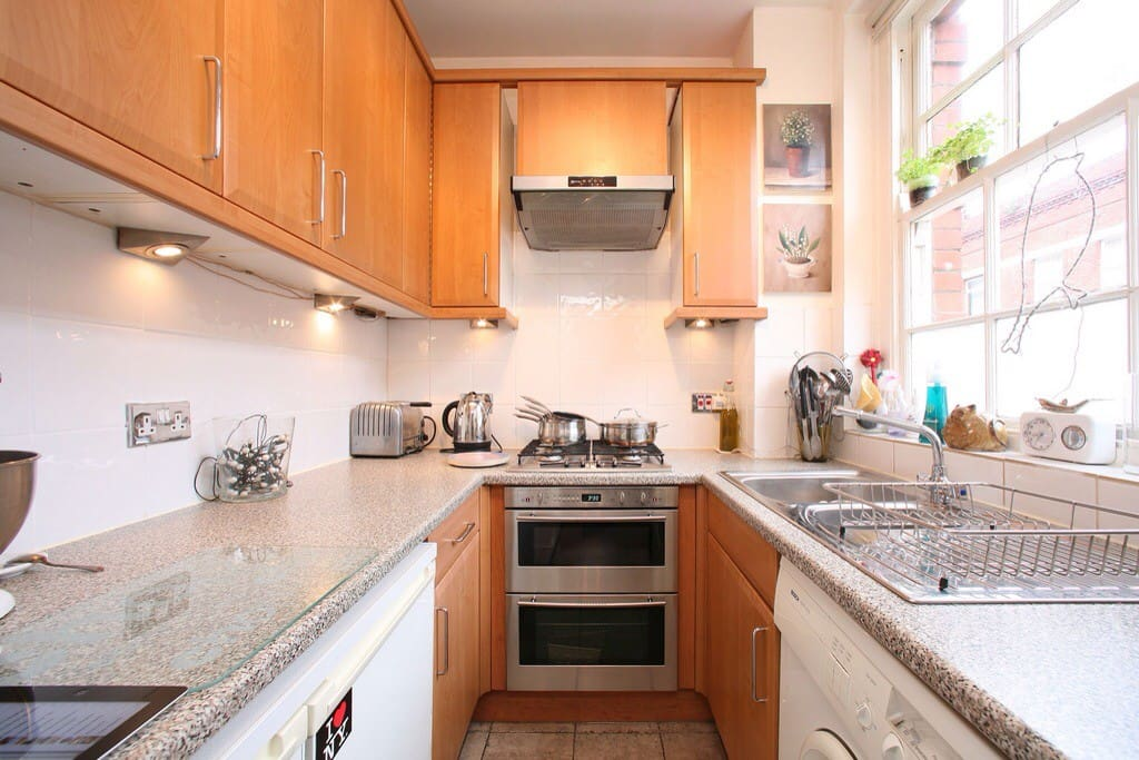 Kitchen with gas hob and washing machine