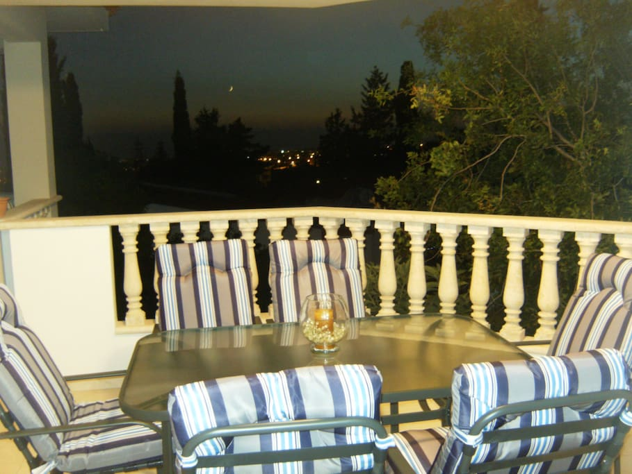 Balcony with table for 6 people