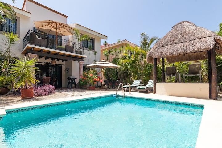 2 bdrs Private Pool house/ BBQ close to the beach