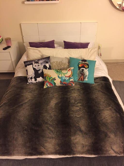 Room 2 (cozy bed)