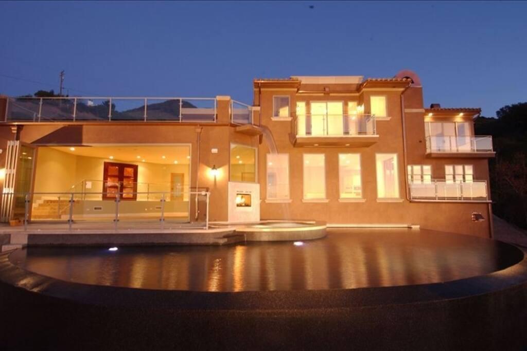Villa shiraz snuggled in the malibu wine district villas for Malibu house rentals for weddings