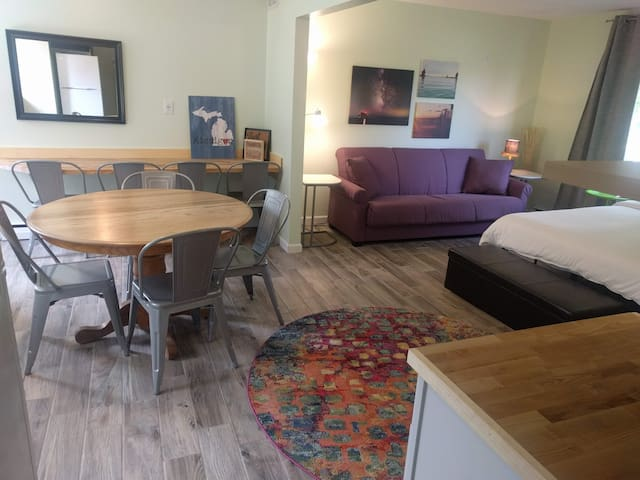 Michigan Townhome @ Hop & Vine Inn {POOL & V-ball}