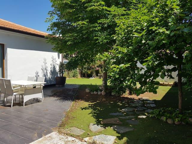 Preciosa casa independiente con jardín de 300m2