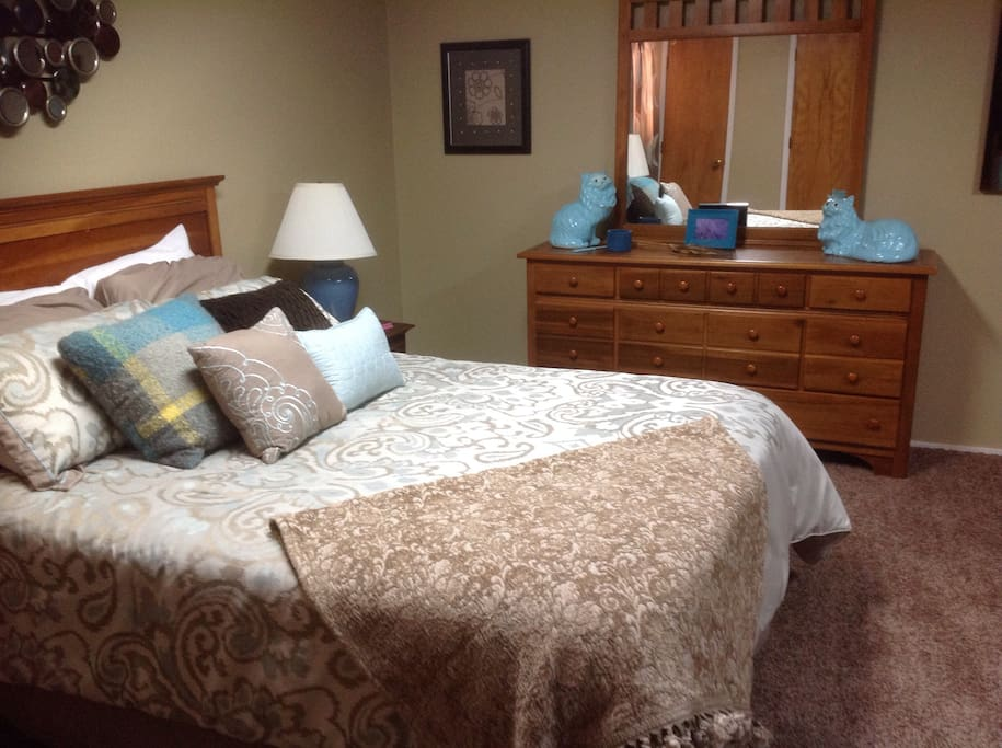 Suite 3 queen bed & private bath