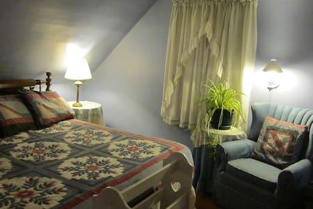 KING: the Airy, Comfy WILDFLOWER ROOM - Phippsburg