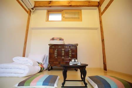 Hanok Guesthouse Dalzip Bukchon - Seoul - Bed & Breakfast