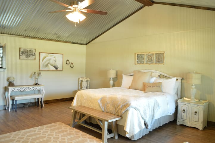 White Horse @ Vineyard Trail Cottages - Fredericksburg - Stuga