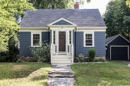 The quintessential Maine cottage. Clean & Cozy! - South Portland - House